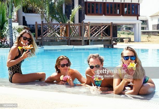 Peter Kraus Ehefrau Ingrid Sohn Alexander Tochter Gabriele ZDFShow 'Hallo Peter' Mauritius/Karibik Palmen Pool Glas Getränk Cocktail Badeanzug...