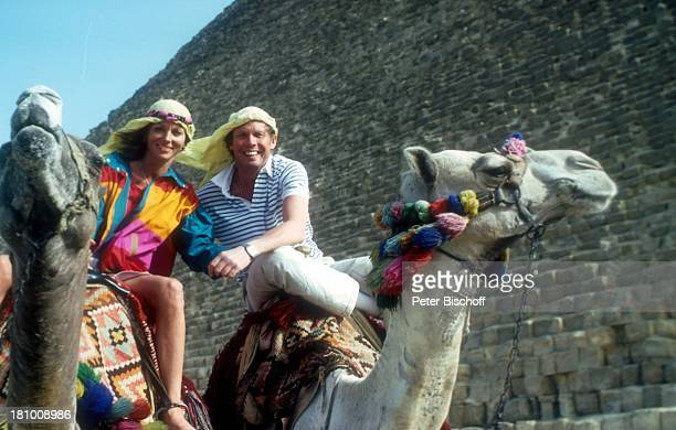 Peter Kraus Ehefrau Ingrid Urlaub Kreuzfahrt mit MS Europa nach Ägypten/Jordanien Kairo/Ägypten/NordAfrika Pyramiden von Gizeh Landausflug Kamel...