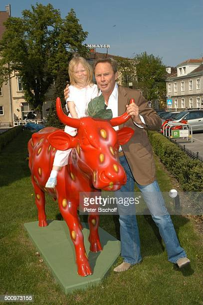 Peter Kraus Enkelin Mona Karl Wien/Österreich PNr466/2003 LK Sänger Familie Kind Kleinkind Enkeltochter Kuh Opa Promi Promis Prominente Prominenter...
