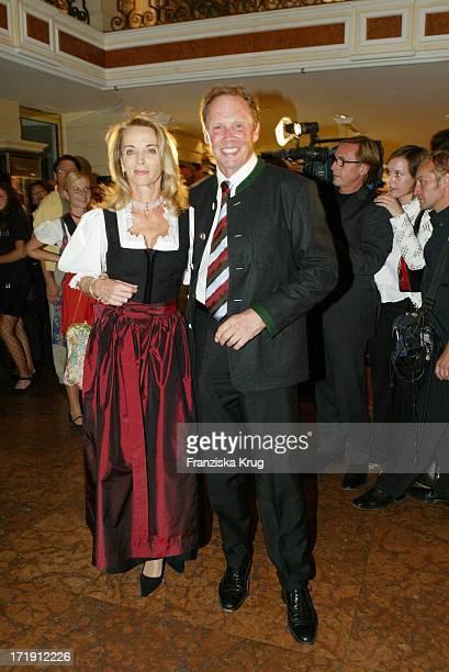 Peter Kraus Mit Ehefrau Ingrid Bei Der Trachtengala Am Rande Des Laureus Charity Golfturnier Im Bayerischen Hof