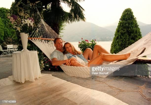Peter Kraus mit Ehefrau Ingrid in derHängematte Homestory Luganer See Sänger