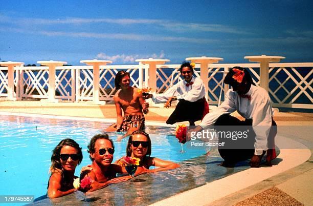 Peter Kraus mit Ehefrau Ingrid, Sohn Micky;und Stieftochter Gabriele, Mauritius,;Urlaub, Sonnenbrille, Swimming-Pool, Sänger,