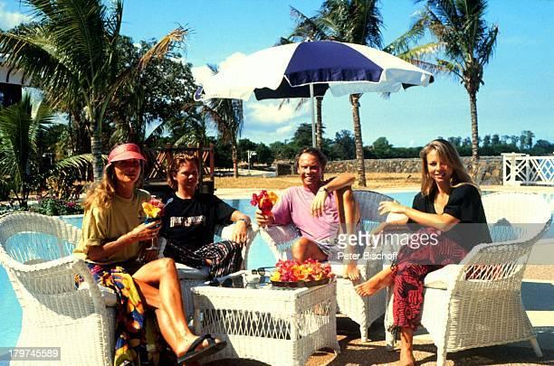 Peter Kraus mit Ehefrau Ingrid, Sohn Micky;und Stieftochter Gabriele, Mauritius,;Urlaub, Swimming-Pool, Sänger,