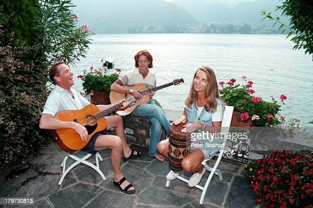 Peter Kraus mit Ehefrau Ingrid und Sohn Micky Terrasse Homestory Ferienhaus Gitarre MusikInstrument am Luganer See Schweiz Urlaub Wasser Sänger...