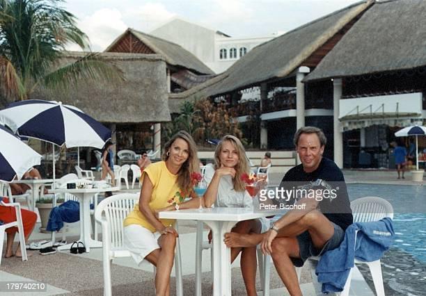 Peter Kraus mit Ehefrau Ingrid und;Stieftochter Gabriele, Mauritius, Urlaub,;Swimming-Pool, Sänger,