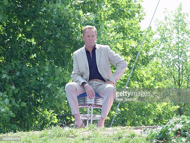 """Peter Kraus, """"ZDF-Fernsehgarten"""", Mainz, , Stuhl, Barhocker, Natur, Bäume, Sänger, Schauspieler Promi, ; Foto: P.Bischoff/E;"""