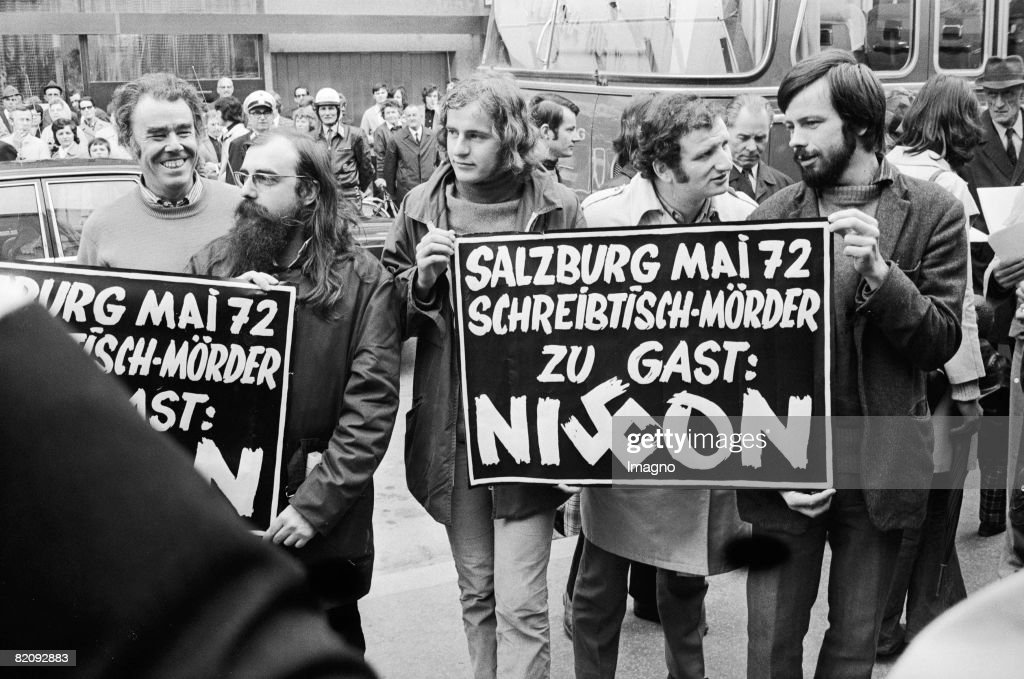 Peter Kreisky (2nd f,r,), the son of Federal Chancellor Bruno Kreisky, demonstrating against Richard Nixon?s policiy, while his father is welcoming the american president as a guest of state (1st from the l, Guenther Nenning, Author and Journalist), Photography, May, 1972 (Photo by Imagno/Getty Images) [Peter Kreisky (2, v, r,), der Sohn des Bundeskanzlers Bruno Kreisky, demonstriert in Salzburg gegen Richard Nixons Vietnam Politik, w?hrend sein Vater den amerikanischen Pr?sidenten als Staatsgast empfangt (1, v,l, G?nther Nenning, Journalist und Autor),Photographie, Mai 1972]