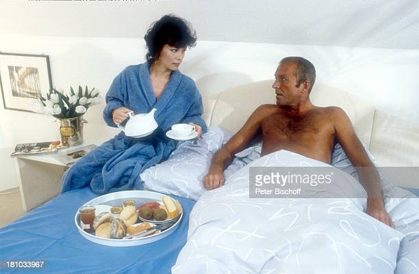 Peter Lakenmacher Iris Berben ZDFSerie Ein Fall für zwei Folge Todestag Bademantel Frühstück im Bett Kaffee einschenken nackter 4011986