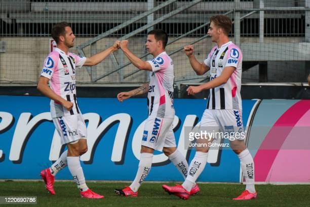 Peter Michorl of LASK celebrates with teammates scoring his goal during tipico Bundesliga match between LASK and SK Puntigamer Sturm Graz at...