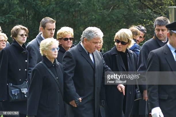 Peter Millowitsch Ehefrau Barbie SteinhausMillowitsch Schwester Mariele Millowitsch deren Ehemann Dr Alexander Isadi Neffe Peter Eisenlohr seine...