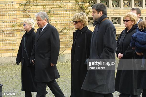 Peter Millowitsch Ehefrau Barbie SteinhausMillowitsch Schwester Mariele Millowitsch daneben deren Lebensgefährte Dr Alexander Isadi Schwester Dr...