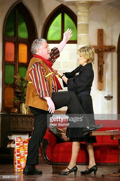 Peter Millowitsch Heike Schmidt Theaterstück Der Pabst kütt Volkstheater in Köln ProdNr 1337/2006 Papst Bühne Auftritt Verkleidung Kostüm Sofa...