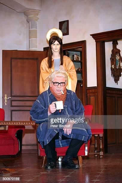 Peter Millowitsch Theaterstück Der Pabst kütt Volkstheater in Köln ProdNr 1337/2006 Papst Bühne Auftritt Verkleidung Kostüm Brille Sofa Engel Puppe...