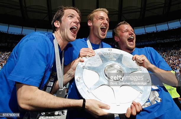 Peter Niemeyer Felix Bastians und Maik Franz von Hertha BSC bejubeln mit der Meisterfelge die 2 Bundesliga Meisterschaft und den Aufstieg in die 1...