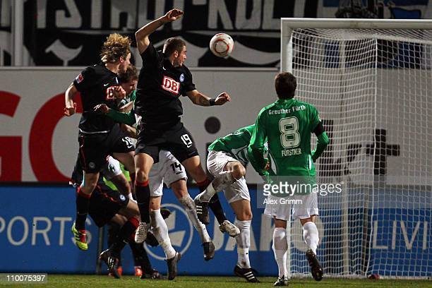 Peter Niemeyer of Berlin scores his team's second goal during the Second Bundesliga match between Greuther Fuerth and Hertha BSC Berlin at Trolli...