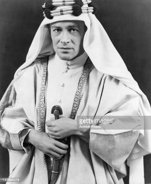 Peter O'Toole holding sword in a scene from the film 'Lawrence Of Arabia', 1962.