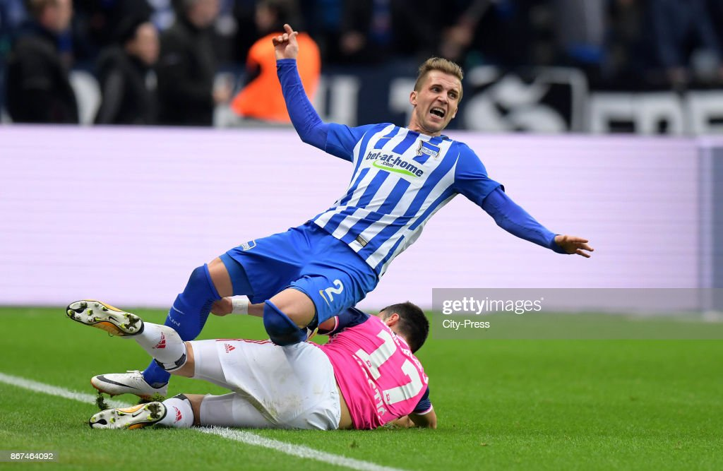 Peter Pekarik of Hertha BSC and Filip Kostic of Hamburger SV during the game between Hertha BSC and Hamburger SV on October 28, 2017 in Berlin, Germany.