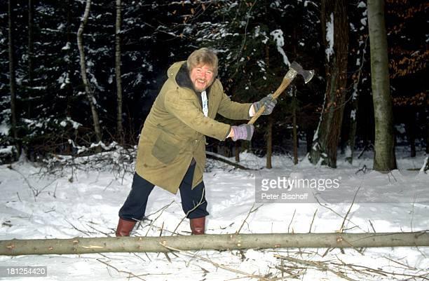 Peter Petrel FitnessUrlaub auf einem Bauernhof Chiemgau/Bayern Bäume fällen Baum tragen transportieren Winter Schnee Wald als Holzfäller Axt Baum...