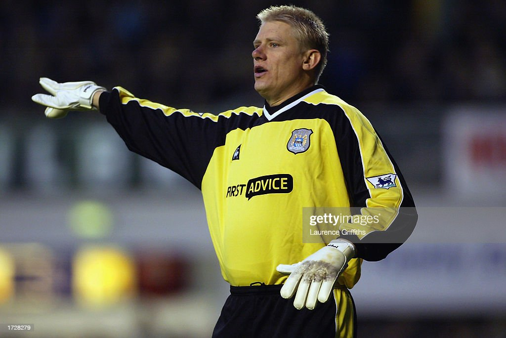 Peter Schmeichel of Manchester City signaling to his team mates : News Photo