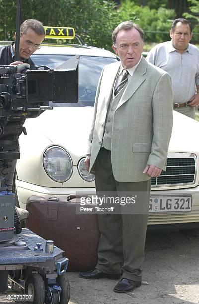 Peter Sodann ZDF Fernsehfilm Herzstolpern Dreharbeiten auf dem Gutshof Langerwisch Berlin Deutschland Europa Kamera Kamera Auto Taxi Koffer