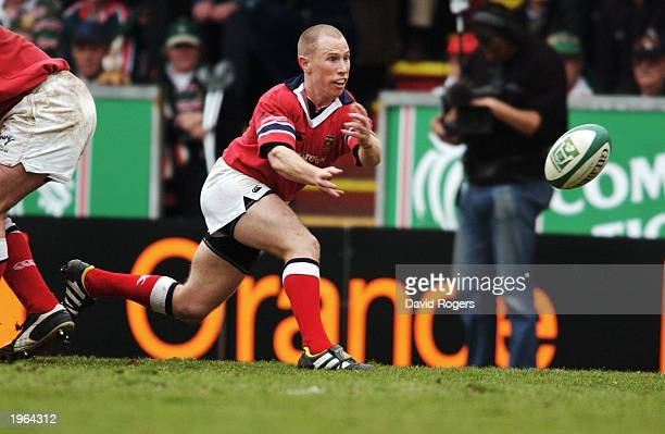 Peter Stringer of Munster lays the ball off during the Heineken Cup match between Leicester Tigers and Munster held on April 13 2003 at Welford Road...