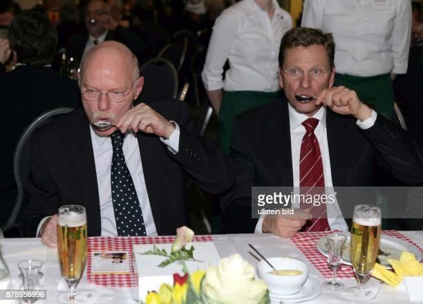 Peter Struck Bundesverteidigungsminister SPD D mit Guido Westerwelle FDP Vorsitzender trinken einen Klaren aus dem Loeffel nach dem beim...