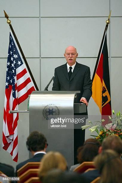 Peter Struck Bundesverteidigungsminister SPD D spricht in der Bundesakademie fuer Sicherheit in Pankow Berlin beim Besuch des American Jewish...