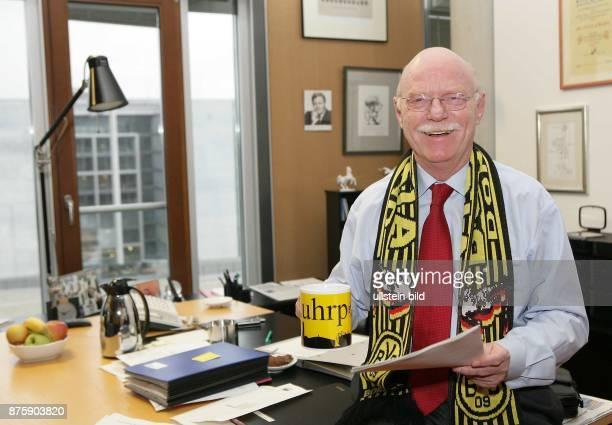 Peter Struck Fraktionsvorsitzender der SPD D mit als Fan mit BVBSchal und Tasse in seinem Büro in Berlin