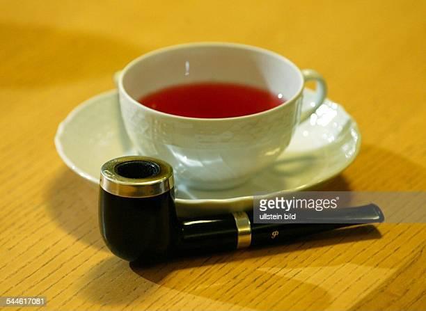 Peter Struck SPDPolitiker Tasse mit Tee und seine Pfeife