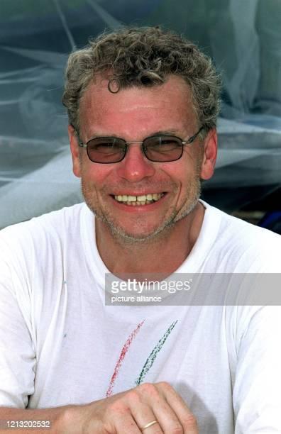 """Peter, Teilnehmer bei der SAT.1-Abenteuer-Show """"Das Inselduell"""", posiert am 3.6.2000 auf der malayischen Insel Simbang für den Fotografen. Peter aus..."""