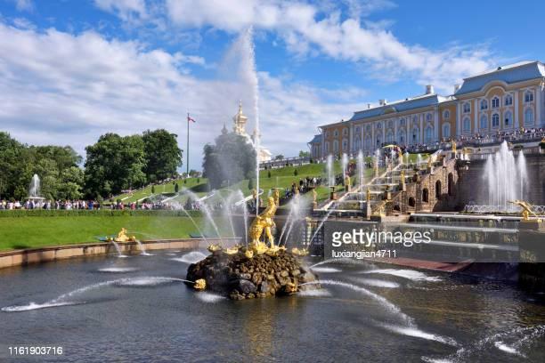 peter de grote zomerpaleis tuin - sint petersburg rusland stockfoto's en -beelden