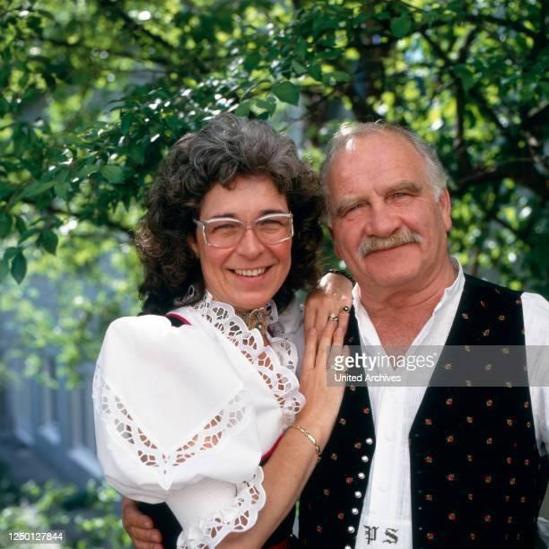 """Peter und Gerda Steiner moderieren die RTL Sendung """"Die Heimatmelodie unterwegs"""", Deutschland 1990er Jahre."""
