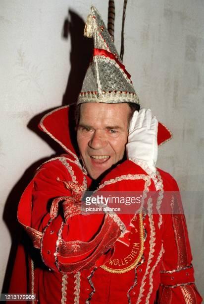 Peter Vey, der Karnevalsprinz der Saison 98/99 im 800-Seelen-Dorf Jakobwüllesheim im Kreis Düren beherrscht den närrischen Gruß am gekonnt. In seiner...