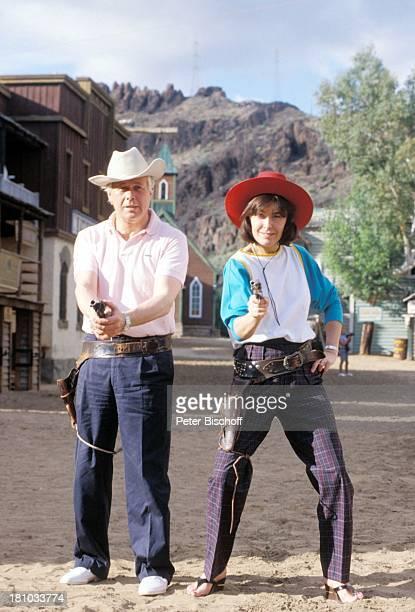 """Peter Weck, Thekla Carola Wied, ZDF-Familien-Serie """"Ich heirate eine Familie"""", , Cowboy-Hut, Pistole, Halfter, Schauspieler, Schauspielerin, Promis,..."""