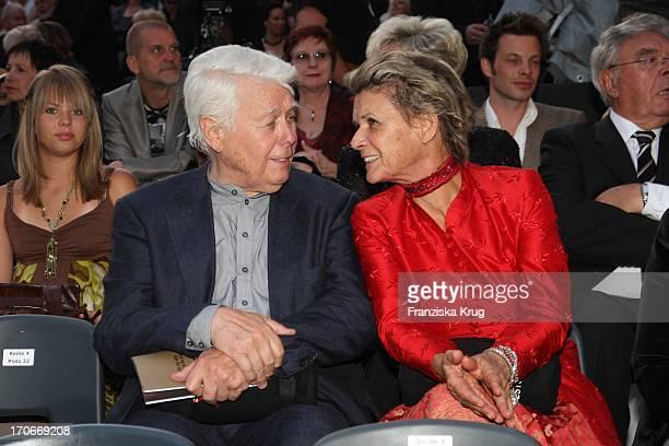 Peter Weck Und Ehefrau Ingrid Muttone Vor Der Premiere Der Nibelungenfestspiele In Worms