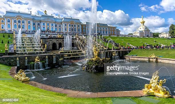 peterhof grand palace and the grand cascade - groot paleis peterhof stockfoto's en -beelden