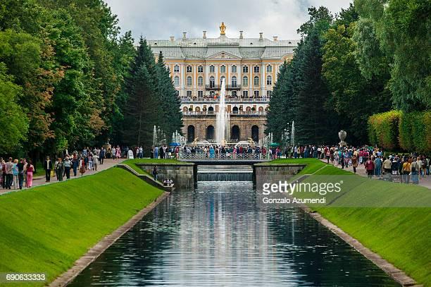 peterhof  palace in saint petersburg - groot paleis peterhof stockfoto's en -beelden