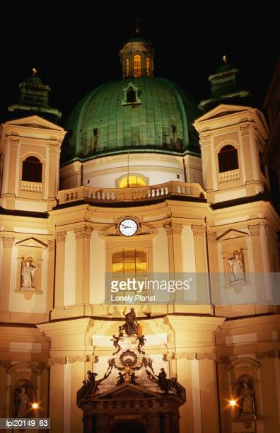 peterskirche at night, innere stadt, vienna, austria - stadt stock pictures, royalty-free photos & images