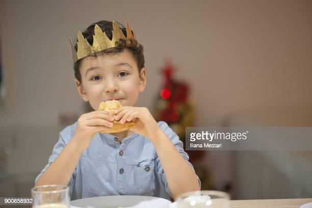 petit garçon mange la galette des rois - galette des rois photos et images de collection