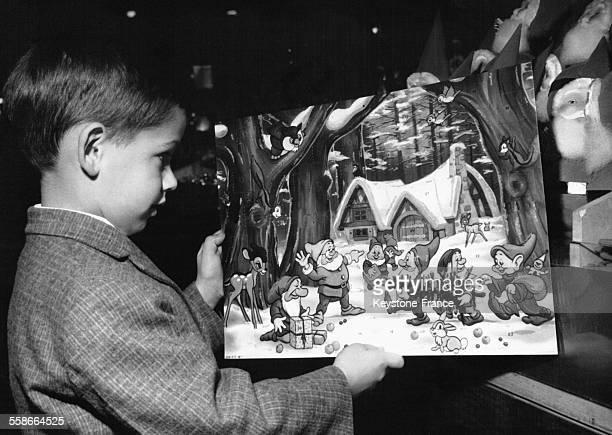 Petit garçon montrant son calendrier de l'Avent en Allemagne le 19 novembre 1964