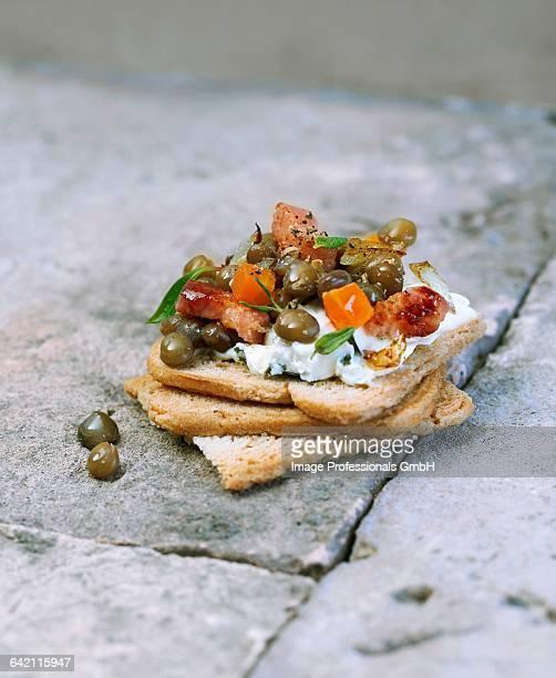 petit sal bacon and lentil canap - canap�� photos et images de collection