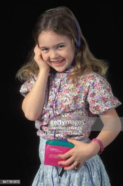 Petite fille écoutant de la musique avec un walkman.