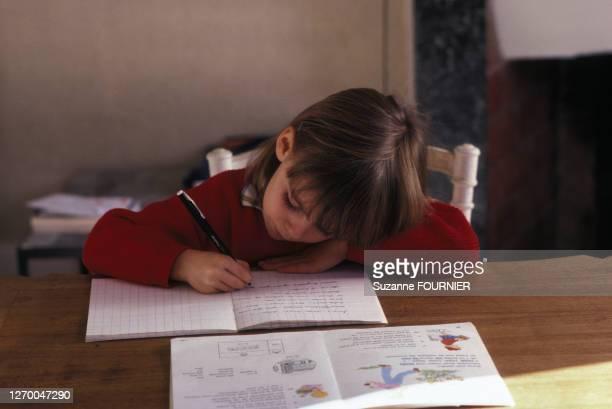 Petite fille faisant ses devoirs.