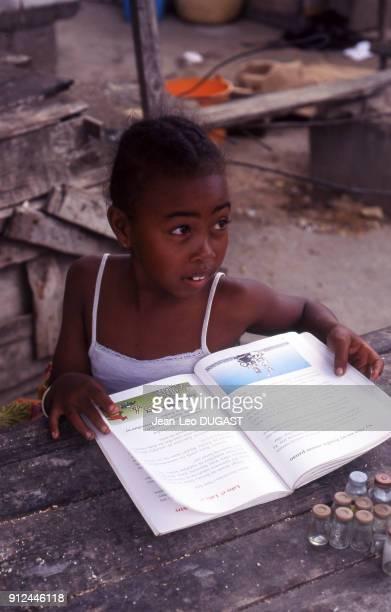Petite fille lisant un livre a Toliara Madagascar