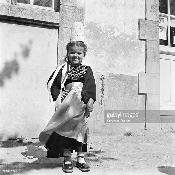 Petite fille portant la robe et la coiffe traditionnelles bretonnes à Quiberon France en 1957