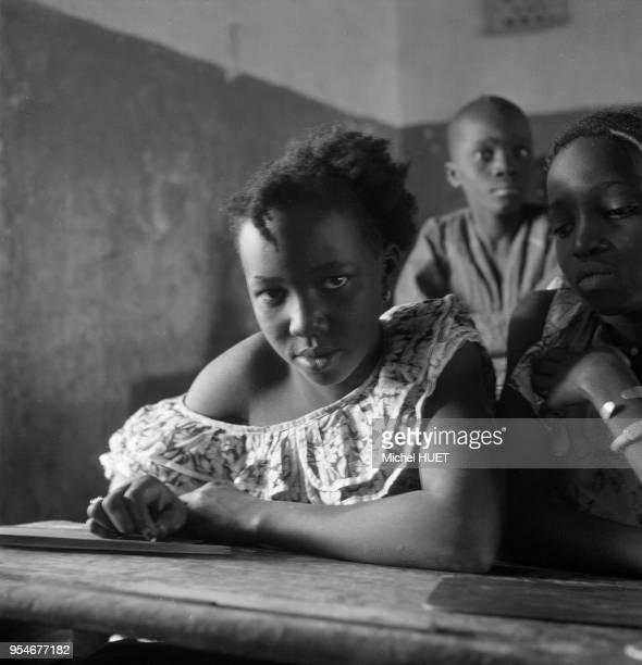 Petites filles en classe dans une école au Mali circa 1950