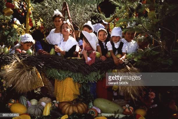 Petites filles en costume traditionnel provençal sur la Carreto Ramado lors de la fête de la SaintEloi à SaintRémydeProvence France