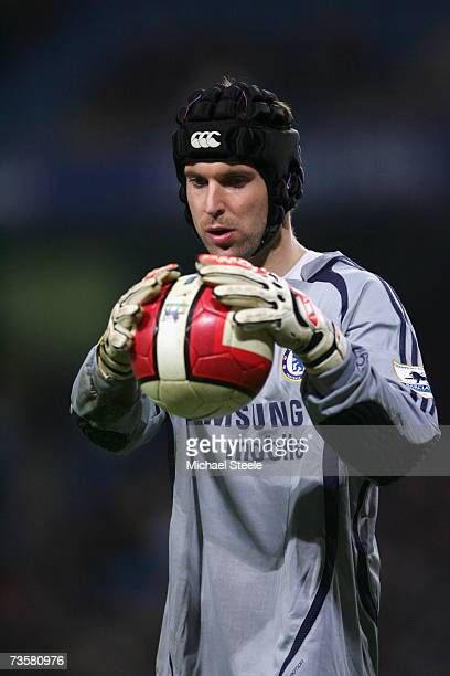 Petr Cech of Chelsea holds on to the ball during the Barclays Premiership match between Manchester City and Chelsea at The City of Manchester Stadium...