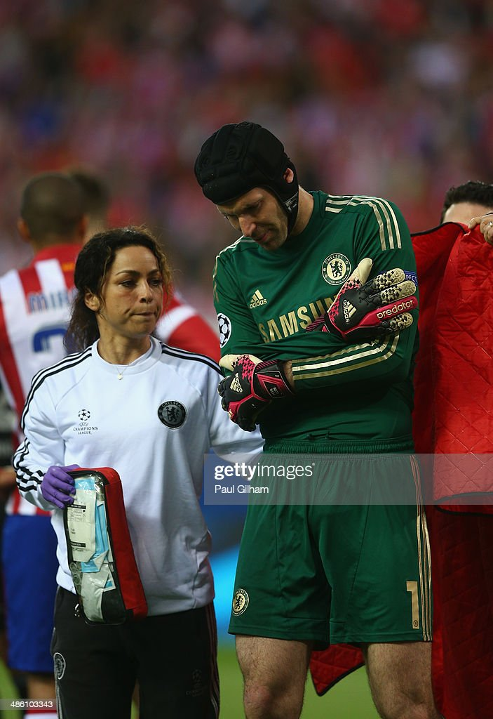 Petr Cech walks off the pitch after being injured during the UEFA Champions League Semi Final first leg match between Club Atletico de Madrid and Chelsea at Vicente Calderon Stadium on April 22, 2014 in Madrid, Spain.