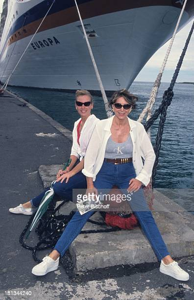 Petra Schürmann Tochter Alexandra vor MS Europa AtlantikKreuzfahrt Barbados Karibik Schiff Meer TVModeratorin Showmasterin